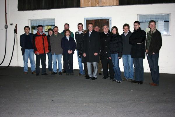 """Beeindruckende Zahlen stellte Stefan Grüner den Teilnehmern der """"CSU auf Tour"""" vor. Nach der Führung durch die Rapsölmühle der Familie Grüner durften die Teilnehmer das Rapsöl auch probieren."""