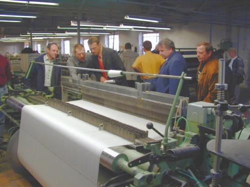 """Nicht erst seit der """"Show der Rekorde"""" hat die Tuchfabrik Mehler einen über die Stadtgrenzen von Tirschenreuth bekannten Namen. Bei dieser Sendung wurde es geschafft, die Bestmarkt für die Herstellung eines Anzuges auf die Zeit von 62 Minuten und 36 Sekunden zu drücken. Die CSU Stadtratsfraktion Tirschenreuth wollte bei ihrem Besuch aber mehr über die Firma Mehler wissen."""