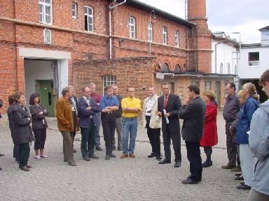 Die Besuchergruppe der CSU im Werkshof der Tuchfabrik Mehler.