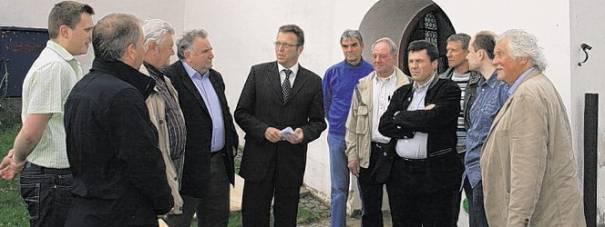 """Bei der Aktion """"CSU auf Tour"""" besuchte die Tirschenreuther CSU die Wondreber Totentanzkapelle, die Kirche und den Pfarrhof."""