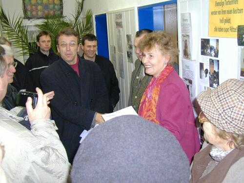 Für die CSU Fraktion überreichte Franz Stahl an Frau Potrykus eine Geldspende.Das Bild zeigt v.l.n.r. Hans Bayer, Stefan Steinhauser, Franz Stahl, Paulus Mehler, Karl Witt, Frau Potrykus und Ursula Faulhaber.